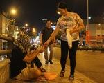 Đêm 30 tết có hai người trẻ ra cầu Ông Lãnh trùm khăn ngồi ăn xin