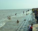 Cứu sống hai khách du lịch bị đuối nước tại biển Ba Động