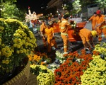 500 người dọn dẹp đường hoa Nguyễn Huệ trong đêm