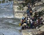 Mất điện, người dân Venezuela phải lấy nước thải để sinh hoạt