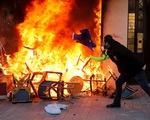 """Biểu tình """"áo vàng' bất ngờ bạo lực với hàng ngàn người mặc đồ đen"""