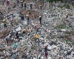 Hàng chục bạn trẻ leo lên bãi rác