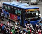 Đi xe buýt, bạn trẻ thảnh thơi giữa dòng xe máy ngược xuôi