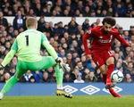 Bị Everton níu chân, Liverpool mất ngôi đầu vào tay M.C