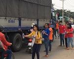 Tiếp bánh mì, nước uống cho công nhân ở Củ Chi trên đường về quê đón tết