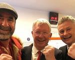 Ngài Alex Ferguson và Cantona chia vui cùng Solskjaer ở phòng thay đồ