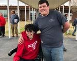 Nam sinh trung học làm thêm, dành dụm 2 năm mua xe lăn tặng bạn
