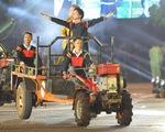 Hoa hậu H'Hen Niê đi máy cày khai mạc Lễ hội cà phê Buôn Ma Thuột