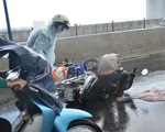 Nhiều xe bị ngã trong cơn mưa