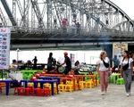 Chợ tự phát dưới chân cầu Trường Tiền