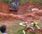 Xe xúc cào giếng lấp tìm thi thể một phụ nữ sau 2 tháng mất tích