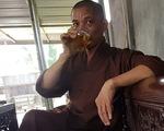 Sư trụ trì cầm ly bia nói về việc