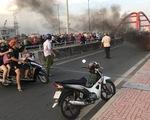 Xe máy bốc cháy ngùn ngụt trên cầu Bình Lợi