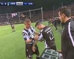 Đang chấn thương nặng, cầu thủ vẫn được tung vào sân để nâng cúp