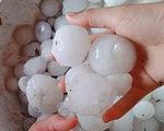 Dông lốc kèm mưa đá to bằng trứng gà, gần 1.000 nhà dân hư hỏng