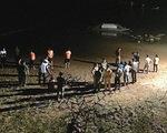 Chong đèn tìm 3 em học sinh mất tích trên sông