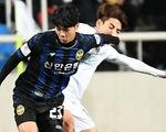 Ảnh Công Phượng thi đấu nỗ lực lần đầu đá chính trên báo Hàn