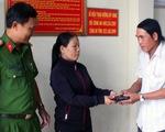 Chị bán vé số trả lại ví tiền nhặt được và từ chối nhận số tiền được tặng