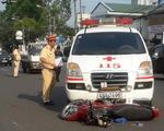 Xe cứu thương vượt đèn đỏ tông xe máy, 1 người dập não