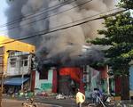Cháy xưởng nông sản khoảng 1000m2, hàng trăm tiểu thương tháo chạy