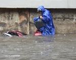 Mới mưa đầu mùa, nhiều đường ở TP.HCM đã ngập nặng