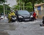 TP.HCM mưa lớn, có nơi ngập nửa bánh xe, khu biệt thự cao cấp như... miền Tây