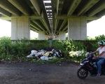 Xe thiếu chỗ đậu, gầm cầu cạn lại trở thành bãi rác
