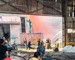 Công ty sản xuất nhựa hàng nghìn mét vuông bốc cháy ngùn ngụt
