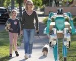 Khó tin: robot đi giao hàng hệt như người