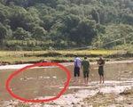 Lội qua suối gặt lúa, hai vợ chồng bị điện giật chết
