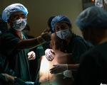 Thư bác sĩ mổ đẻ cho bà mẹ ung thư gửi những người mẹ