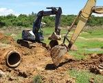 Đang đào bới vị trí nghi doanh nghiệp xả thải ra sông La Ngà