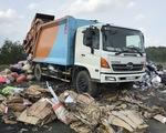 Bắt quả tang xe công ty xử lý rác đổ trộm chất thải