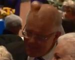 Thủ tướng Úc bị cô gái đập trứng vào đầu