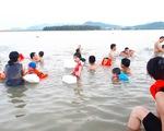 Dân Vinh đổ xô đưa con ra sông Lam tắm
