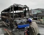 Xe khách cháy rụi trong đêm, hàng chục người may mắn thoát nạn