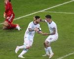"""VAR """"hỗ trợ"""" Messi ghi bàn giúp Argentina sống còn"""