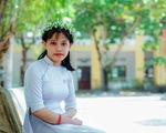 Cô học trò mang hai vòng khăn tang đi thi: