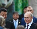 Ông Putin mỉm cười trước món quà gấu trúc của Trung Quốc