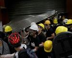 Người biểu tình Hong Kong chiếm Hội đồng lập pháp, đập phá đồ đạc