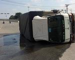 Xe tải lật ngang, gần 3.000 lít hóa chất rò rỉ ra cống thoát nước