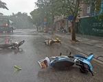 Mưa dông ở Hà Nội quật xe máy ngã lăn lóc