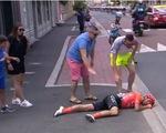 Va chạm khủng khiếp ở Tour De France, cuarơ nằm