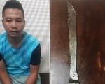 Nam thanh niên cầm dao uy hiếp nhân viên bán điện thoại cướp 100 triệu đồng