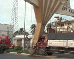 Video: Xe tải đâm cổng chào tiền tỷ ở Mỹ Tho