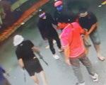 Bắt hai cha con đại ca giang hồ ném bình gas, nổ súng truy sát người