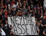 Neymar bị cổ động viên PSG gọi là 'con hoang'