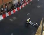 Video tay đua môtô Cabero thoát chết kỳ diệu sau cú tông vào đầu