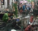 Xe máy giao gas ngã xuống đường, lửa bùng lên thiêu rụi 6 kiôt