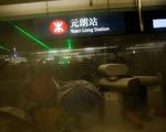 Nhà ga Hong Kong mịt mù khói khi người biểu tình xung đột với cảnh sát